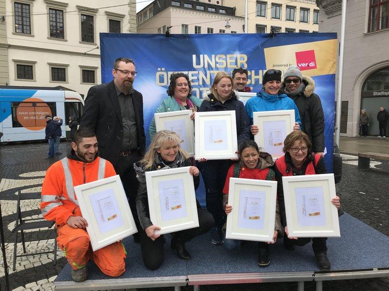 Die Preisträgerinnen und Preisträger auf dem Augsburger Rathausplatz