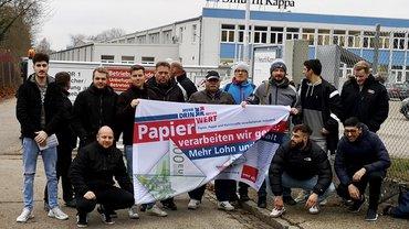 Kollegen einer Schicht beim Warnstreik Smurfit Kappa in Neuburg